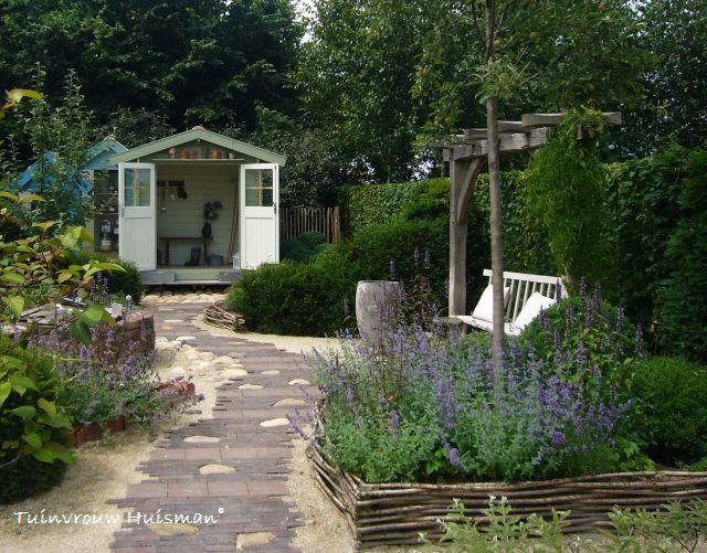 Leg de bestrating in een lange smalle tuin in de breedte, om de tuin