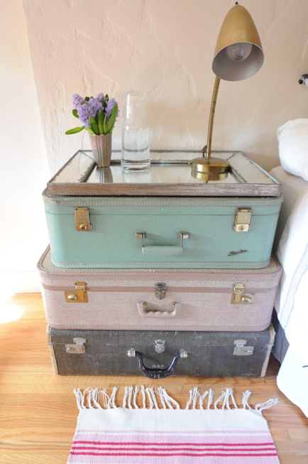 Decorating with vintage shabby chic suitcases for Decoration usine vintage