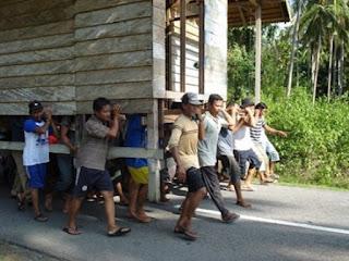 Tradisi Merawale, Gotong-royong Mengangkat Rumah yang Nyaris Punah di Minahasa
