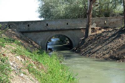 Alcantarilla del arroyo Buitrago bajo la carretera que une el Puente de Cartuja con Puerto Real (septiembre 2011)