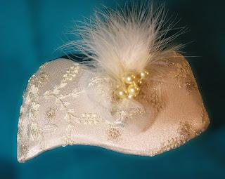 tocado de novia blanco con perlas oju illa