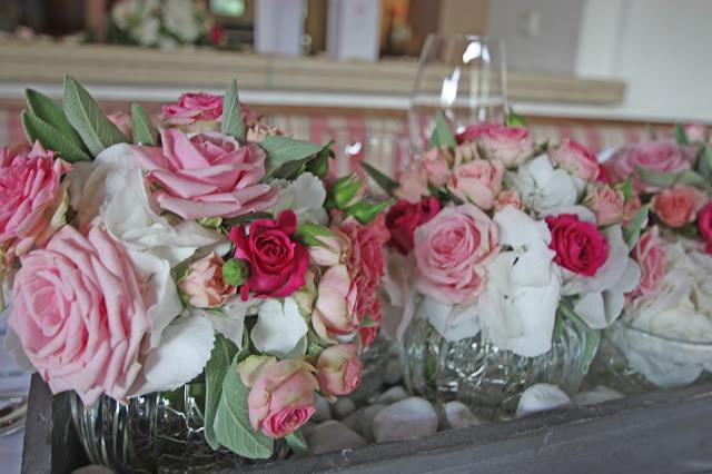 Hochzeitstisch Blumenarrangement von Passiflori Penzberg mit rosa Wildrosen