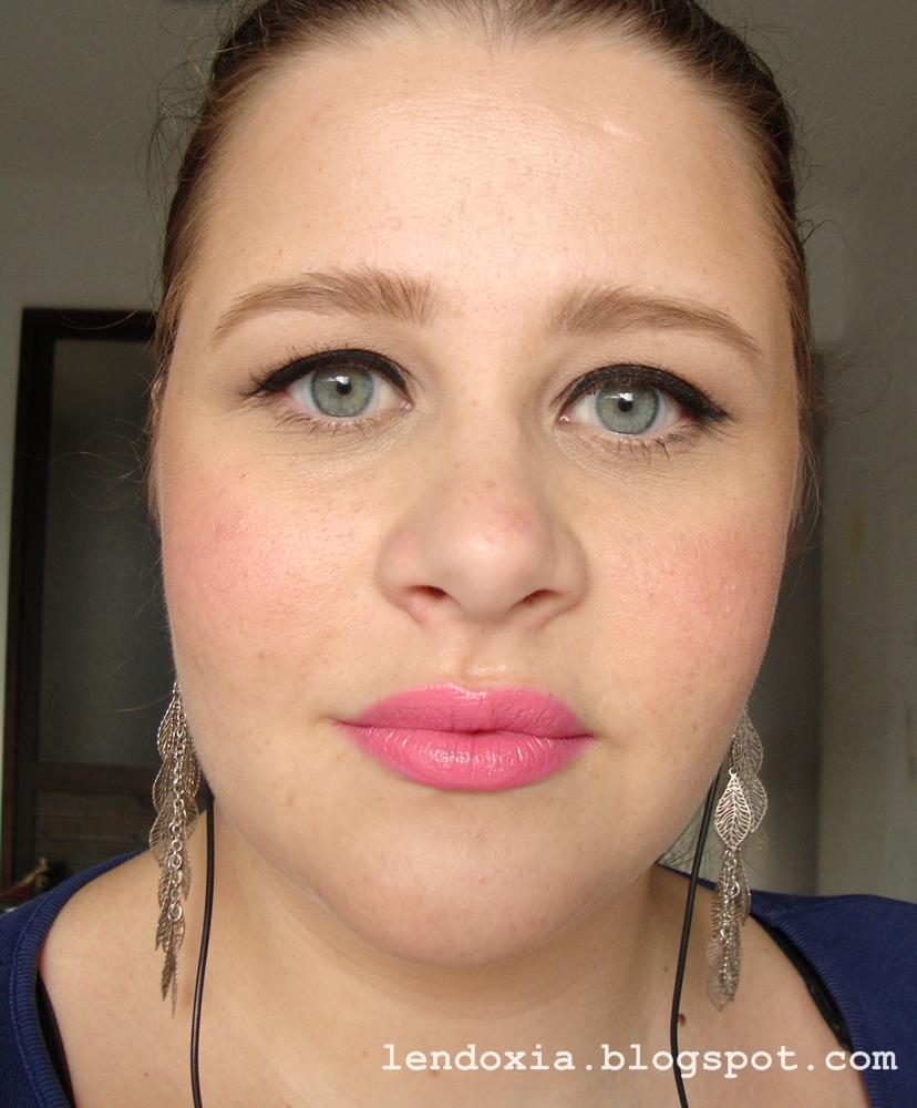 make up look sa linerom i svijetlim koraljnim usnama