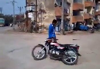 Πήγε να κάνει κόλπα με το μηχανάκι του σε λάθος γειτονιά - Αυτή την εξέλιξη μάλλον δεν την περίμενε κανείς… [video]