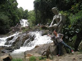Hadas répandant de l'eau sur le Datanla cascade