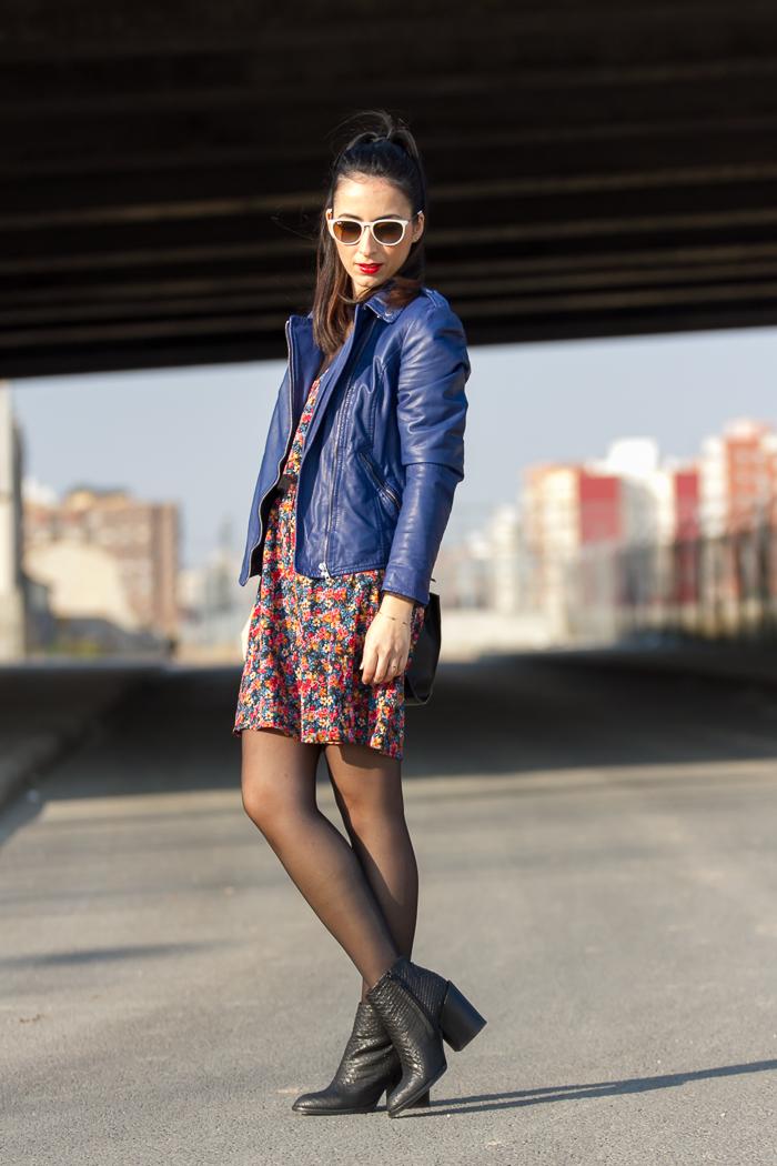 Blogger de moda de Valencia con vestido mini con volantes y chaqueta de cuero azul con cremalleras de muubaa