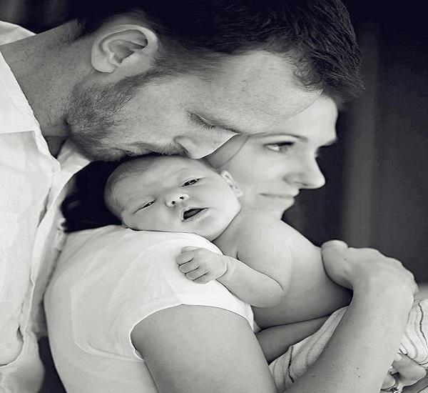 Belle image noir et blanc d'un bébé avec son papa