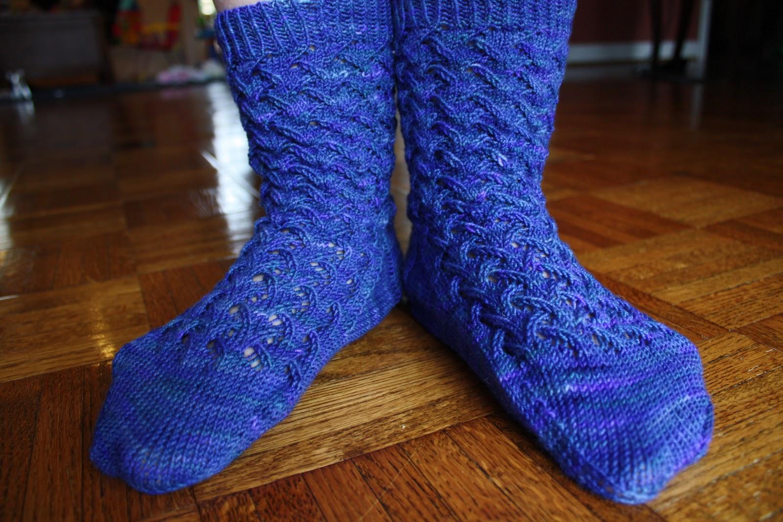 Grapevine Lace Knitting Pattern : snapdragon crafts: grapevine crosshatch lace socks