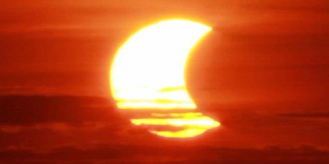 Foto-foto Gerhana Matahari Sebagian Hari Ini