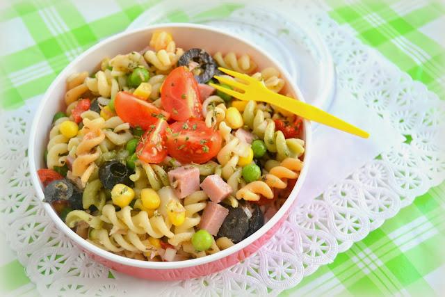 Ensalada de pasta casera, fácil y rápida para comer fresca o llevar