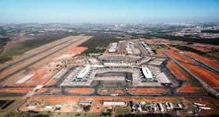 As pistas têm 3.300m x 45m e 3.200m x 45m, com espaço de 1,8 km entre elas.