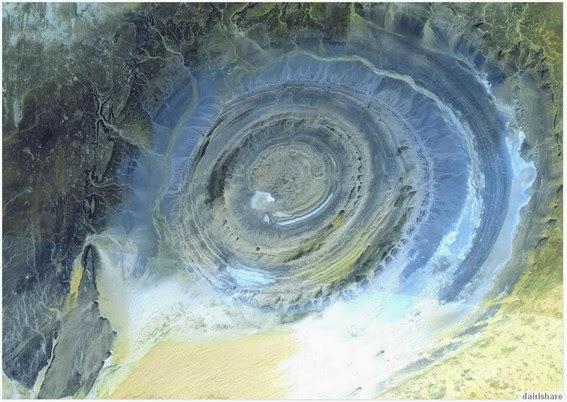 Gambar Bulatan misteri pekeliling terkemuka di padang pasir Sahara