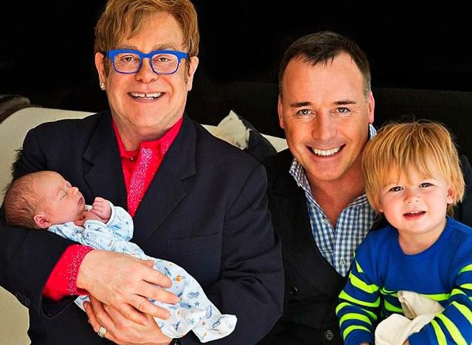 Elton John e David Furnish posam ao lado de seu segundo filho, Elijah Joseph (Foto: Reprodução/Hello!)