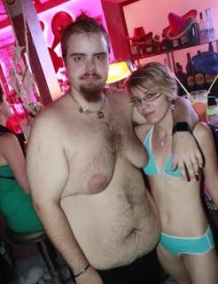 smešna slika: ljubavni par, debeljuca sa ženskom u bikini
