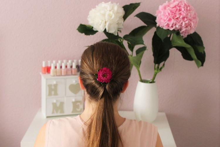schnelle Zopffrisur, Blume in den Haaren