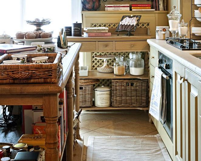 BOISERIE & C.: Piccola Cucina aperta sul Soggiorno