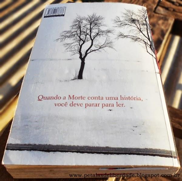 contracapa do livro A menina que roubava livros, Markus Zusak, Quando a morte conta uma história, você deve parar para ler.