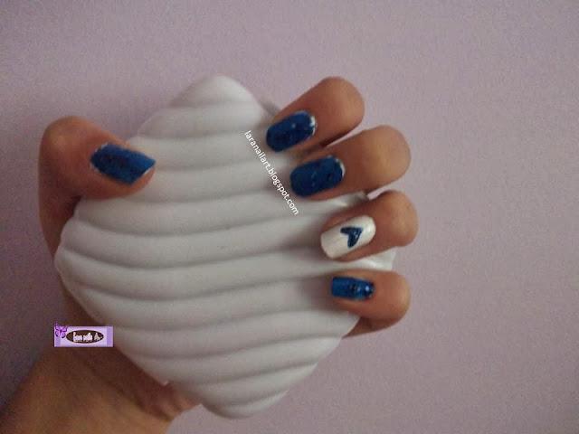 Nail art con confetti y corazón azul lara nails paso a paso