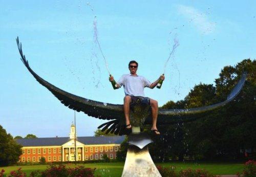 сел верхом на огромного орла статую