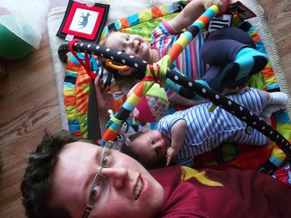 Szymek, 3 miesiące na macie edukacyjnej bright starts, rodzina, tata