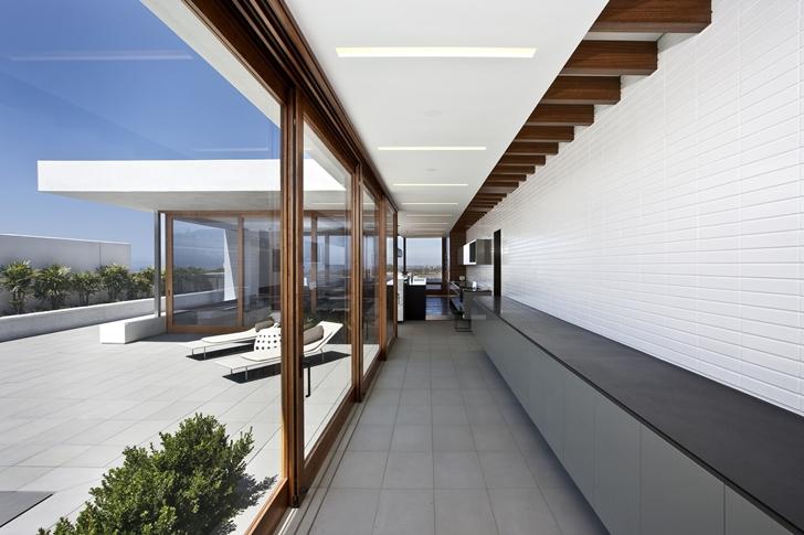 Glass wall in CORMAC Residence In California