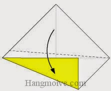 Bước 3: Gấp chéo cạnh tờ giấy xuống dưới, sau đó lại mở ra.