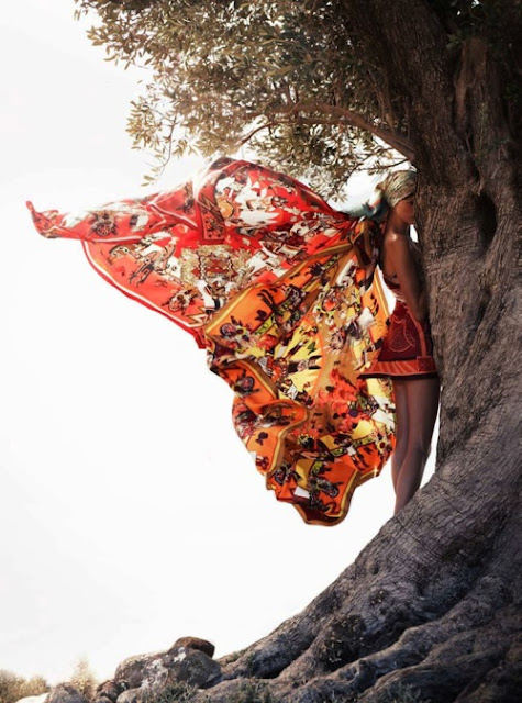 Il sito Stylight propone diverse tipologie di foulard. In foto, Hermes