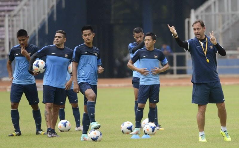 Timnas Indonesia Latihan Di Lapangan Jelek