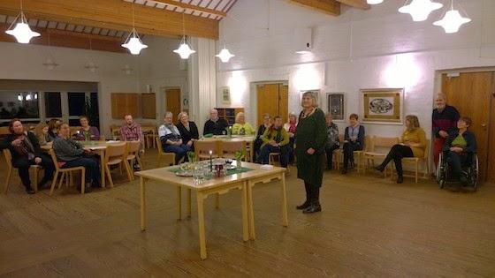 Anette Lind ved en velbesøgt fernisering i Fredens Sogns Kunstforening
