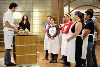 O chef Rodrigo Oliveira dá uma pequena introdução aos participantes sobre os ingredientes da caixa misteriosa - Divulgação/Band