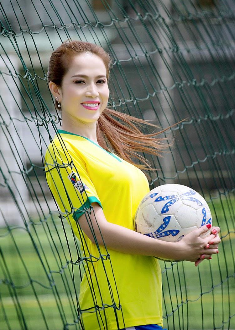 Người đẹp Hoàng Ny gợi cảm cổ vũ Brazil & Đức
