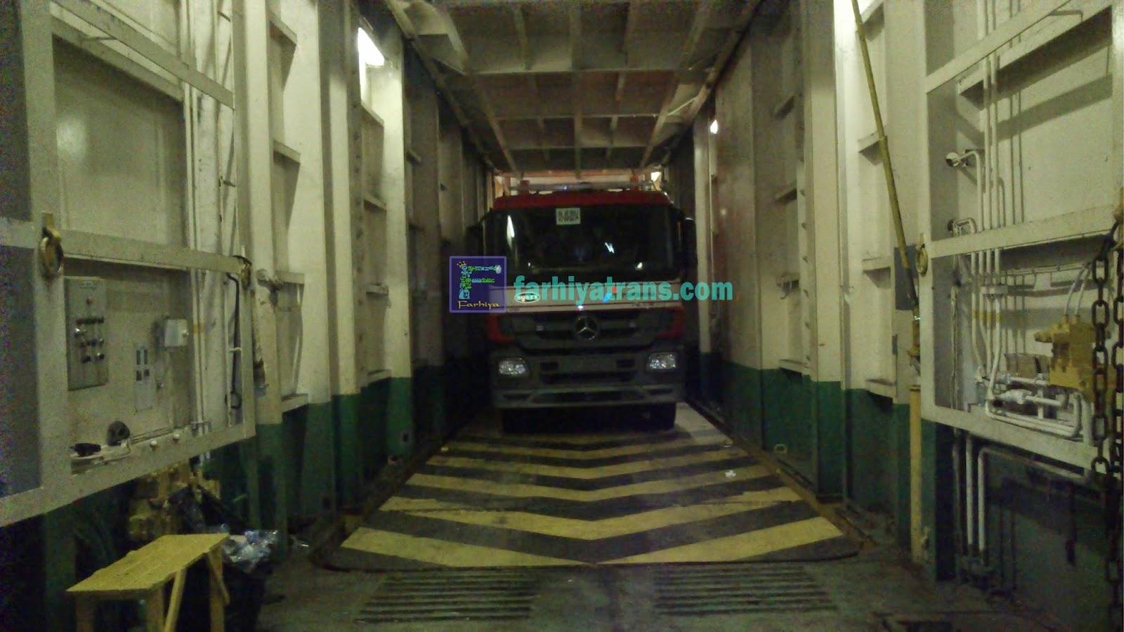 mobil memasuki lift kapal roro surabaya-balikpapan