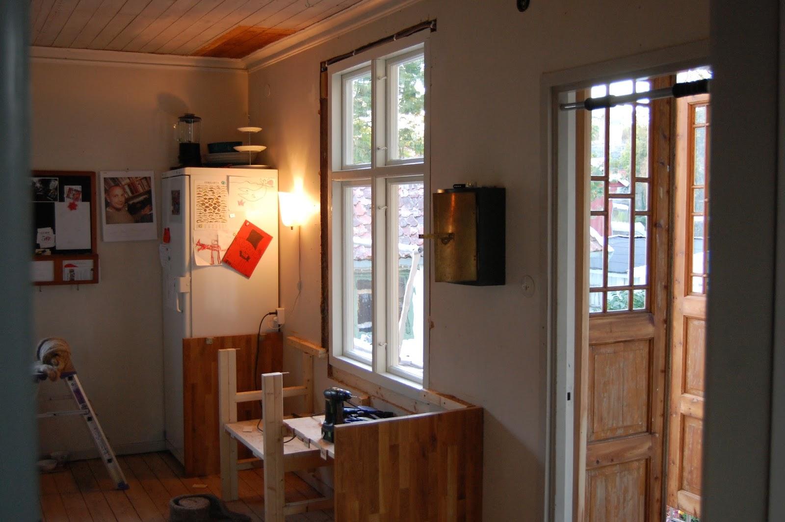 Sommarvägen 4, Öckerö: monterar fönster f6 i köket