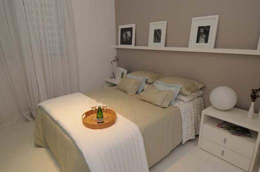 Decorar o quarto pintando a parede colocando molduras,colocando o travesseiro da mesma cor