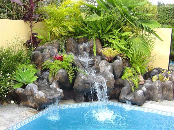 Piscinas y algo mas cascadas para piscinas for Jardines alrededor de piscinas