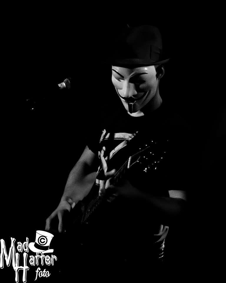 V wie Kristian (Gitarre + Gesang)