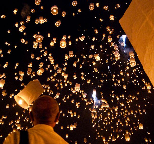 640px Yi peng sky lantern festival San Sai Thailand أجمل مهرجانات العالم ''مهرجان المصابيح في تايلند '' سيذكرك بفيلم ديزني الشهير Tangled