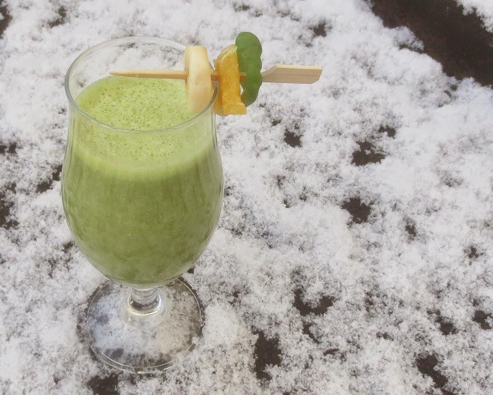 Grüner Smoothie mit Rucola, Orange und Banane