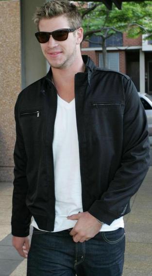 Liam Hemsworth con lentes oscuros