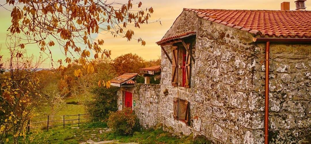 Nuestra casa Rural rodeada de prados robles y castaños