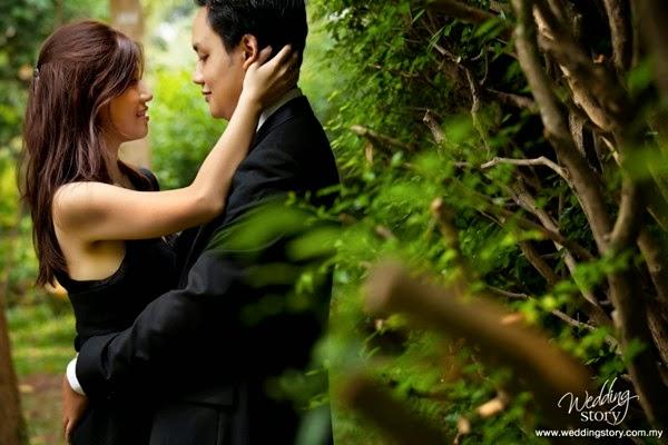 Foto Pre Wedding Dengan Sisi Pagar Tumbuhan