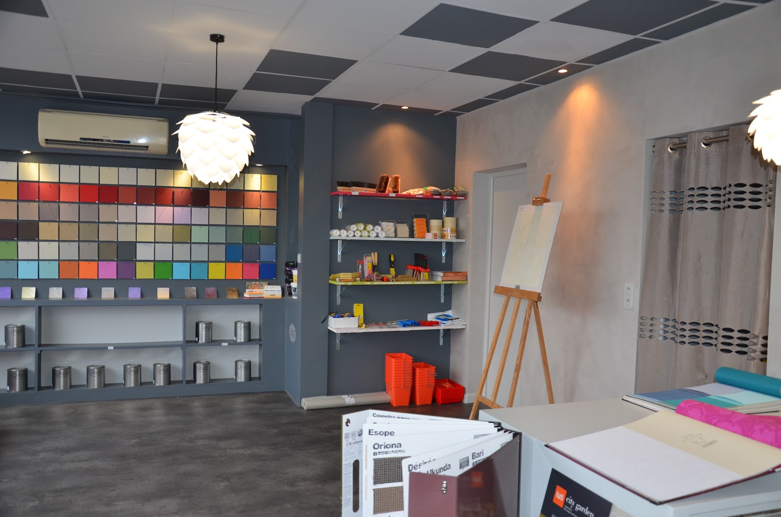 Une boutique tout en couleurs la r alisation lana 39 i for Boutique decoration interieur