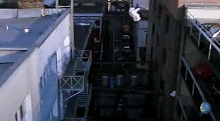 melompat dari tempat parkir ke seberang gedung