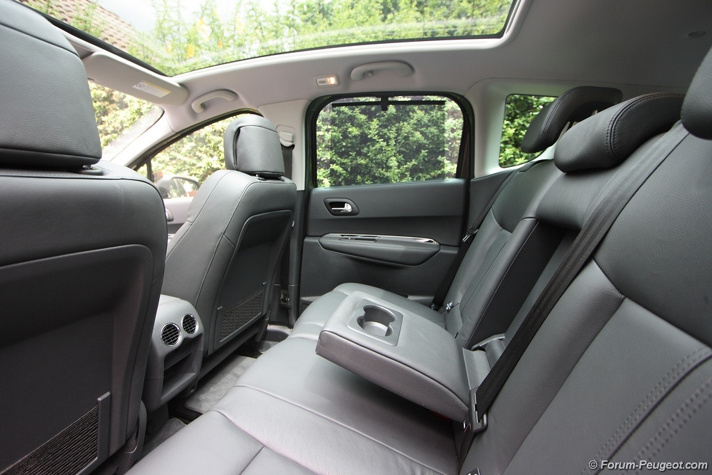 Site to voitures la peugeot 3008 for Interieur 3008