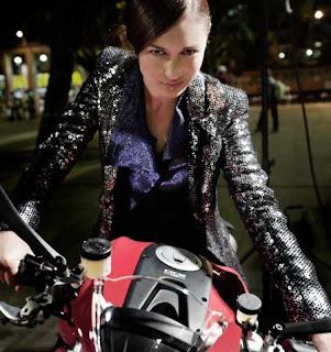 Olga Kurylenko en motocicleta