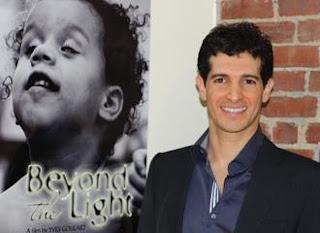 Marcelo Nigri, tendo ao fundo um cartaz do documentário Além da Luz