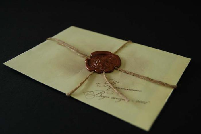 Сургучная печать на конверте