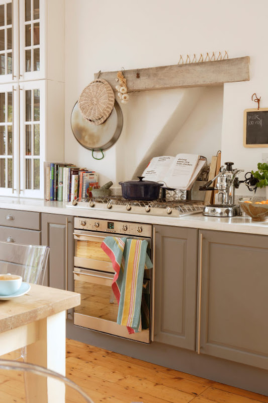 Una cocina blanca y gris grey and white kitchen desde for Practicas de cocina