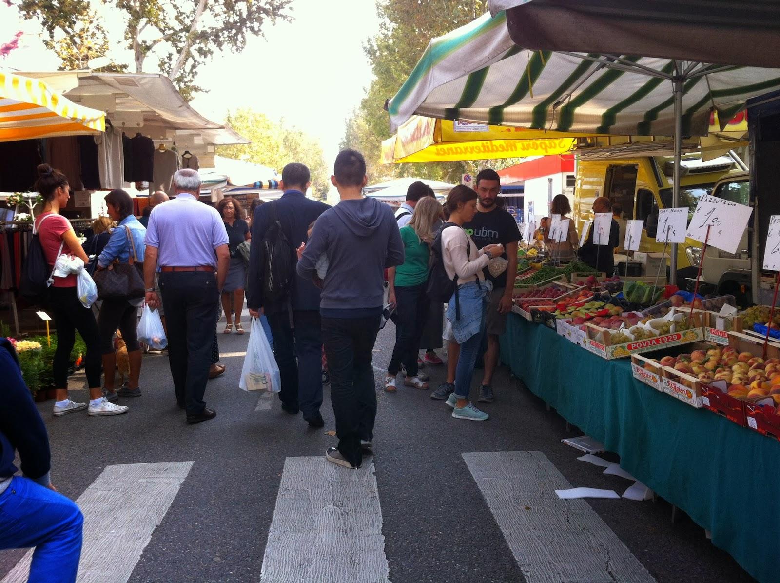 Per le vie di milano il mercato di via tabacchi for Mercato frutta e verdura milano