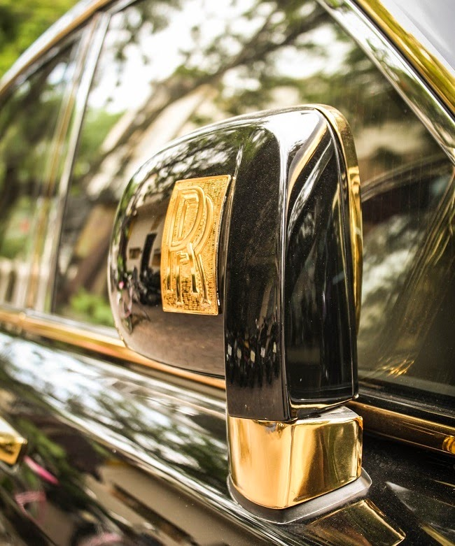 Land Rover Discovery 2004 Landmark Edition: Gold-plated Rolls-Royce Phantom In Vietnam